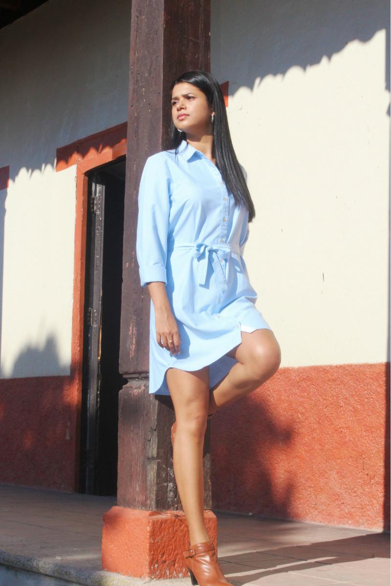 Vestido corto combinado con unos botines