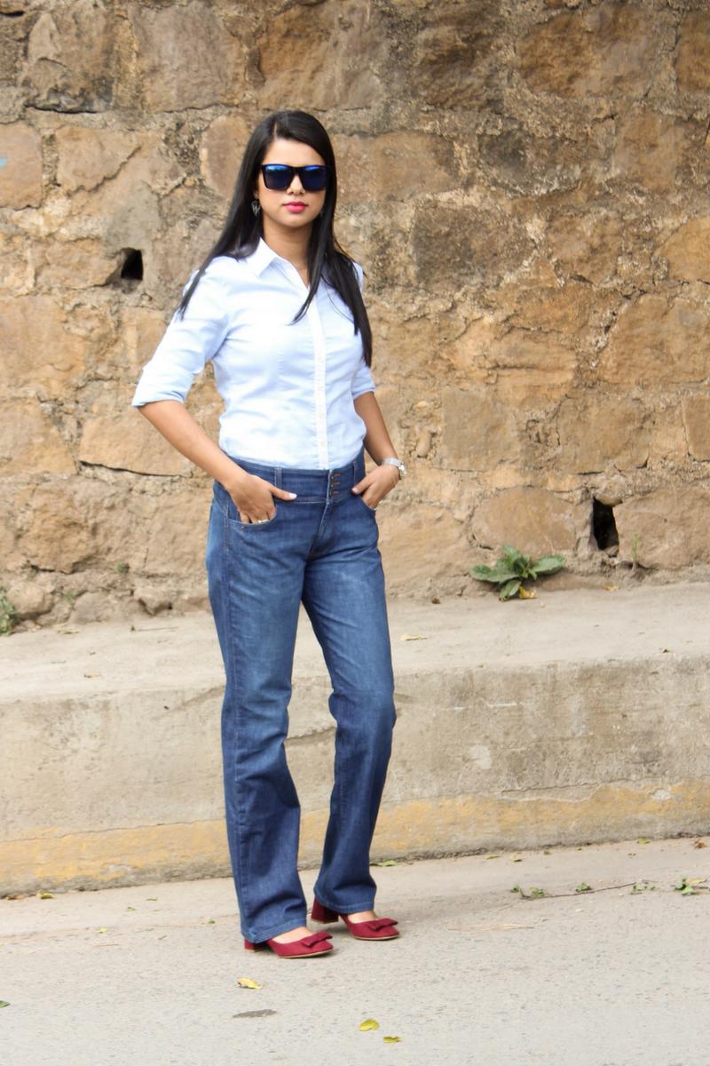 flare jeans combinados con blusa azul celeste