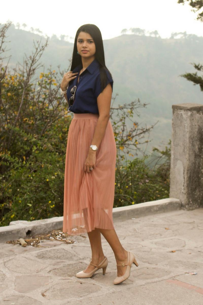 faldas midi combinada con una blusa azul marino
