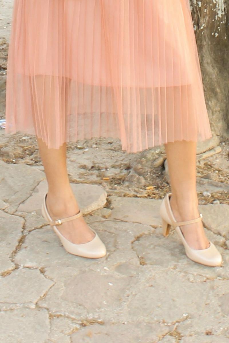 falda midi combinada con zapatos estilo nude