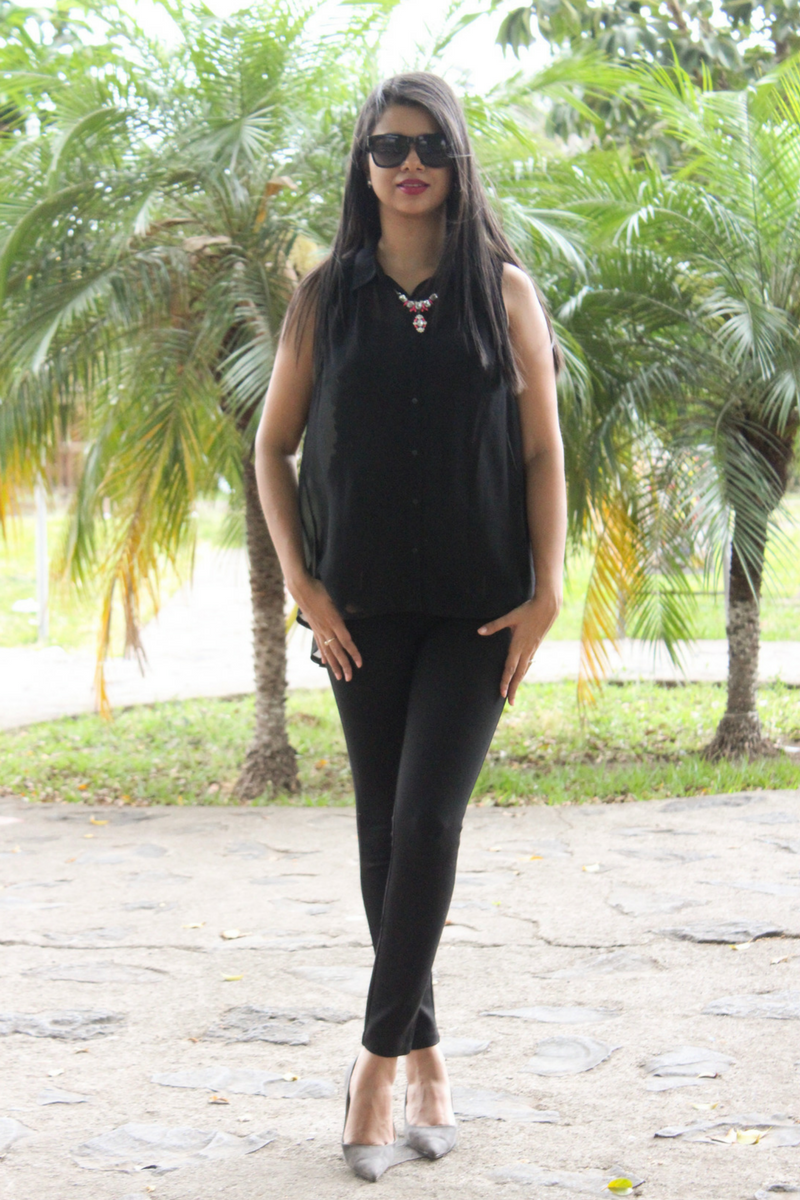 Luce un look total black en verano