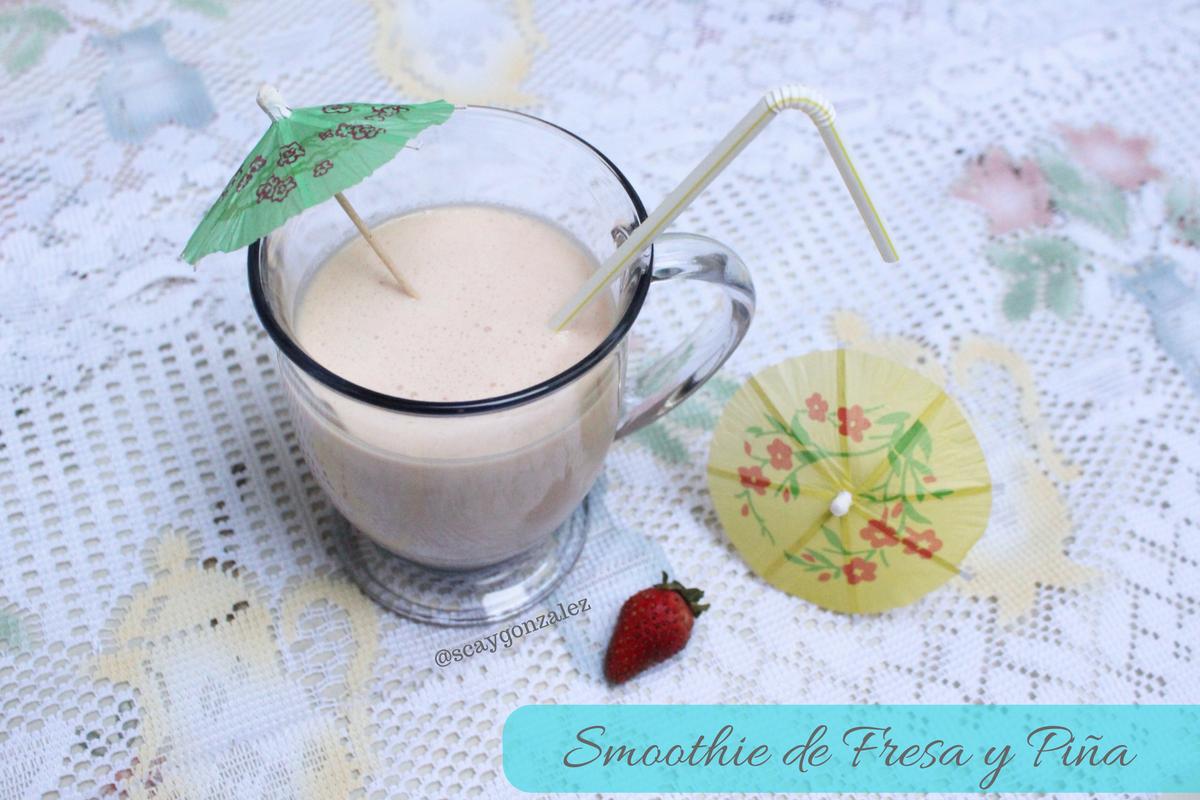smoothie de fresa y piña natural hidratante