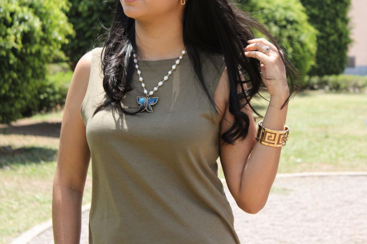 hermoso collar combinado con camisa verde militar