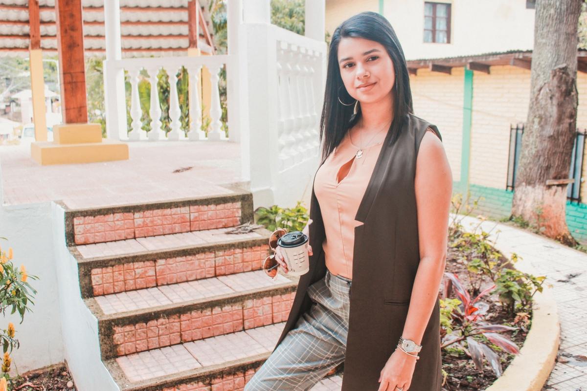 pantalón a cuadros pequeños para mujer moderna