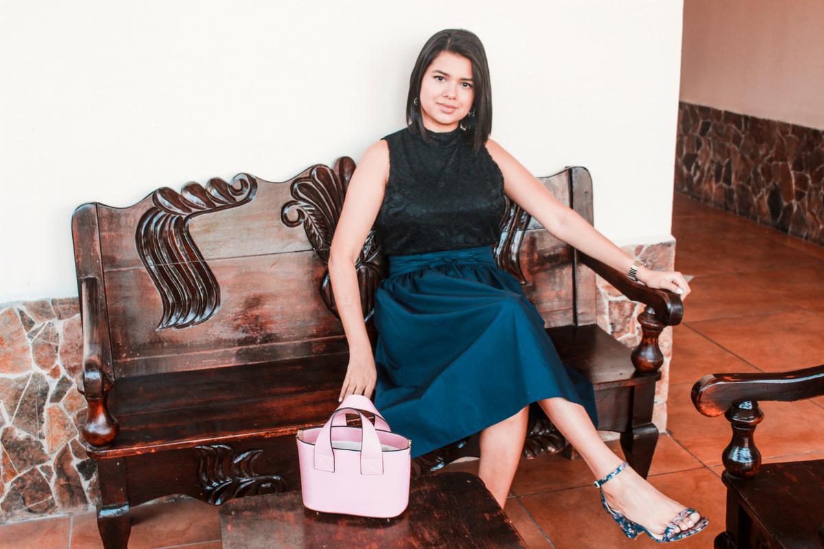 falda midi con sandalias altas