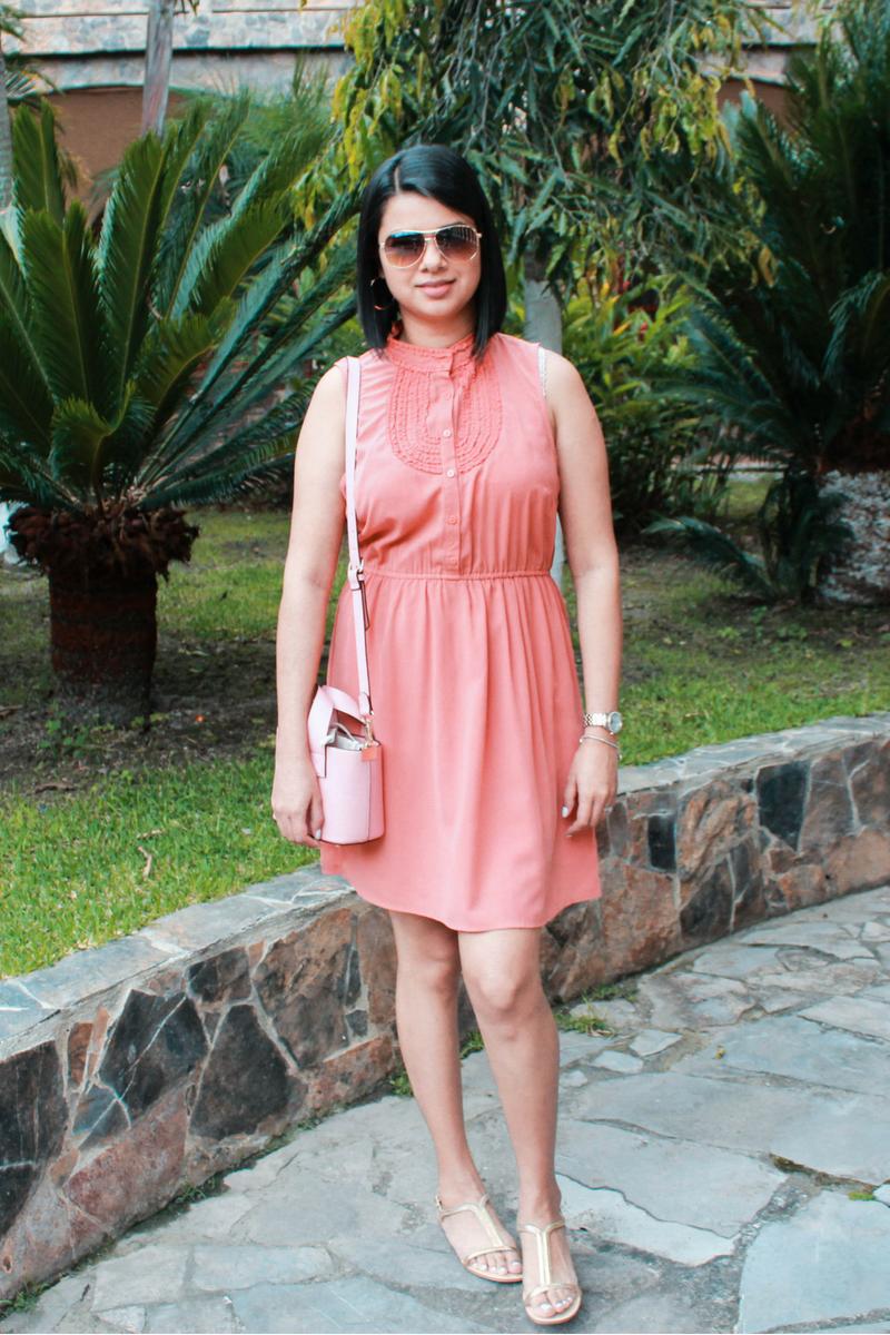 Look de verano vestido con bolso rosa