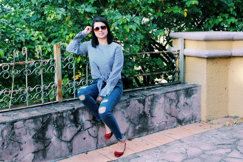 look moderno con Jeans rotos y camisa rayada