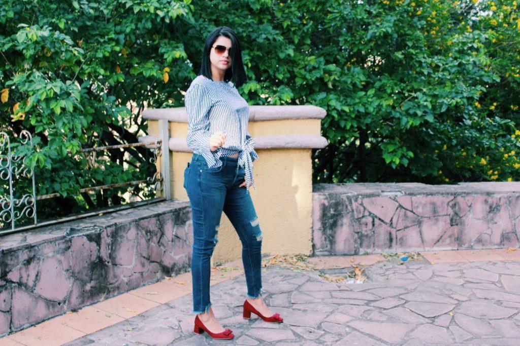 Jeans rotos y camisa rayada para mujer