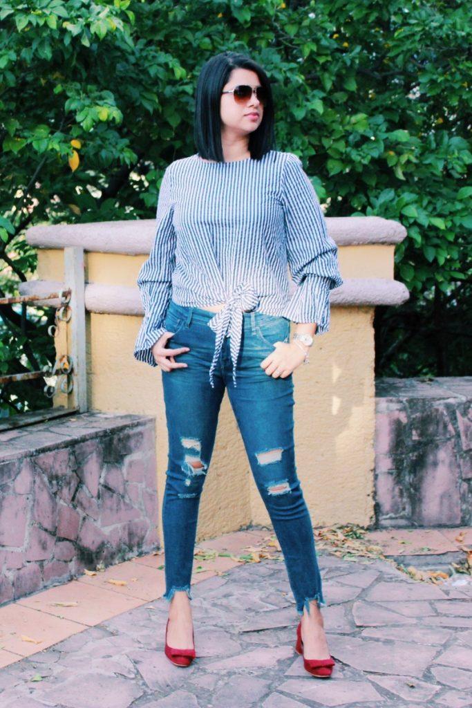 Jeans rotos y camisa rayada