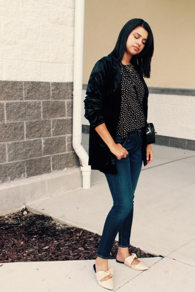 outfit con blazer negro y jeans